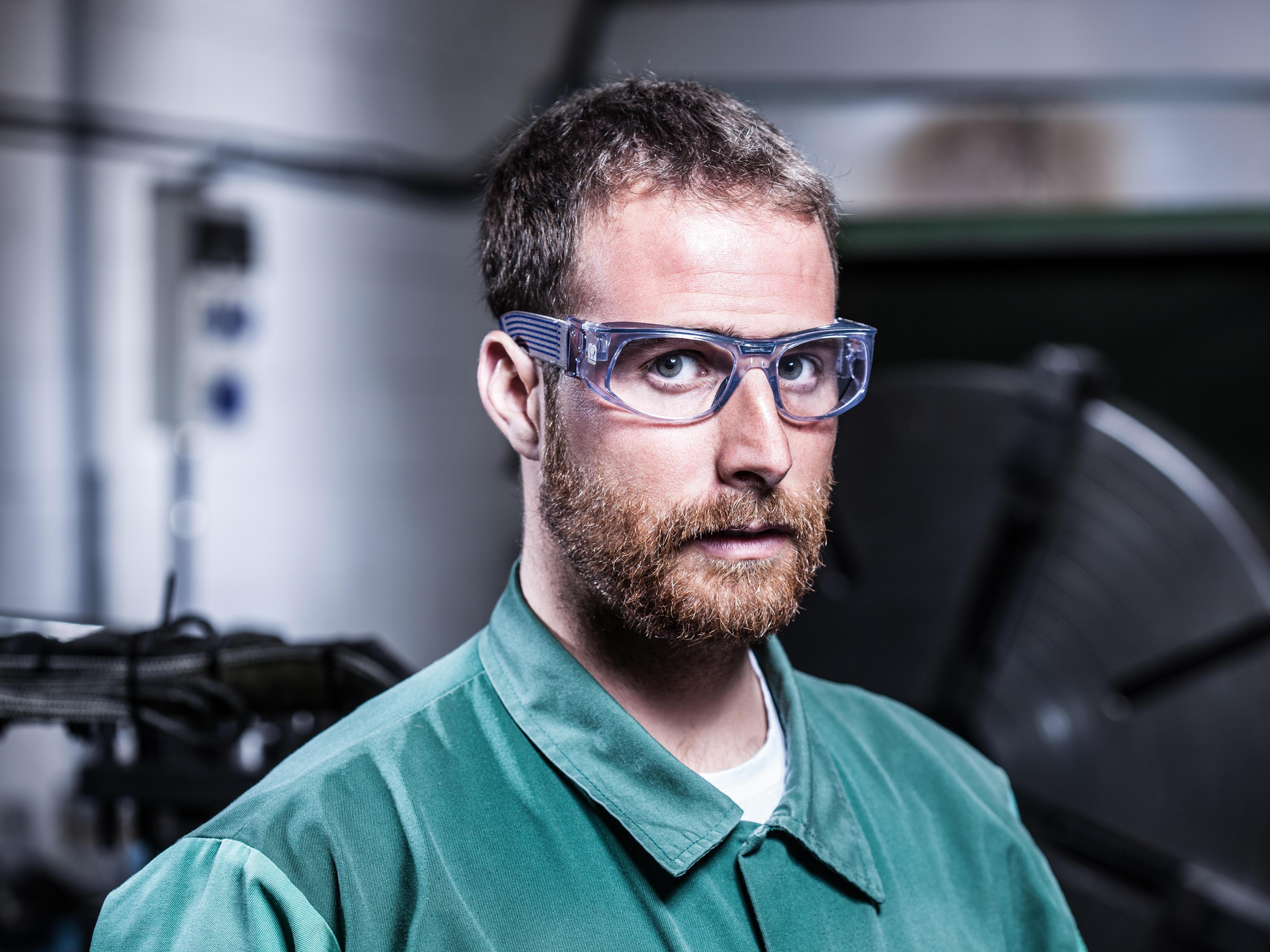9f745943e2 En Central Ópticos queremos cuidar tus ojos con nuestras gafas de seguridad.  Ya seas un aficionado del bricolaje o trabajador de industria pesada, ...